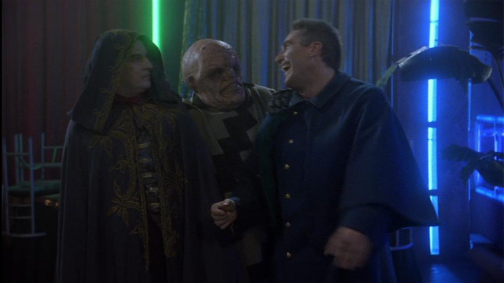 """""""Ahahahaha, G'Kar, eine Kapuze und ein Mantel hätten auch gereicht, um in down below auf geheime Mission zu gehen. Aber Sie haben sich echt verbessert!"""" Wers nicht erkannt hätte: Unter diesen genialen Masken verbergen sich Londo (r) und NichtSheridan (l)"""