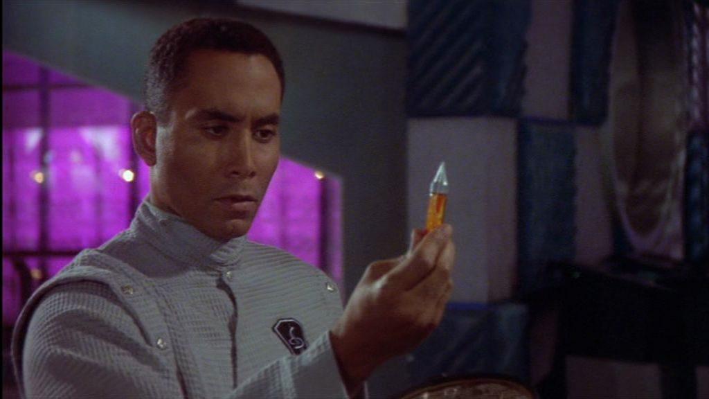 Eine Spritze mit unbekanntem Inhalt? Da kann Franklin nicht widerstehen, es könnte sich ja um neuartige Aufputschmittel handeln