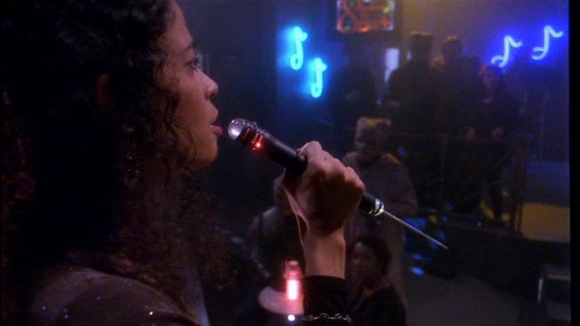 Sängerin mit Leuchtdildo
